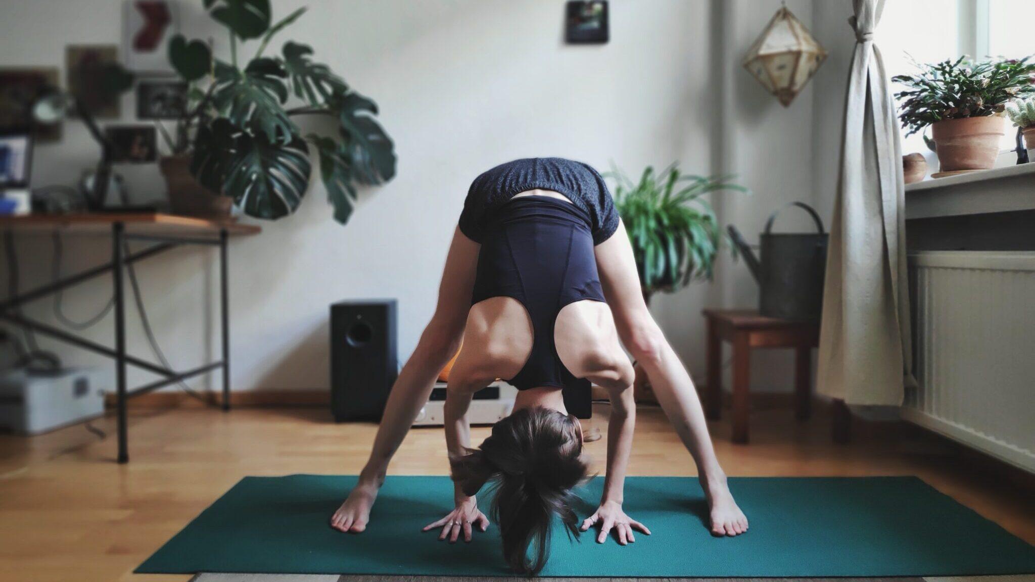 27 Easy Beginner-Friendly Yoga Poses For Flexibility ...